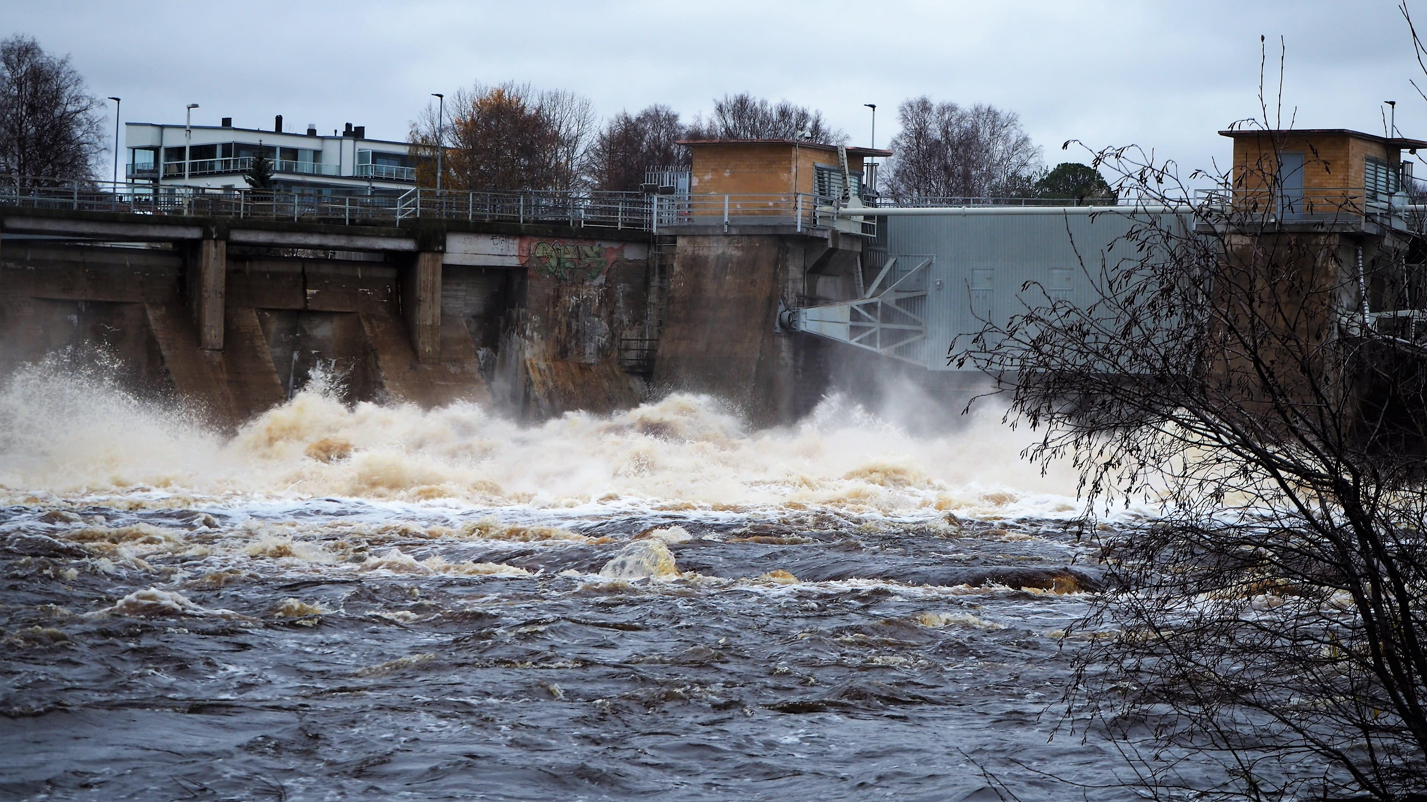 Vesia lasketaan patoluukkujen kautta Oulussa.