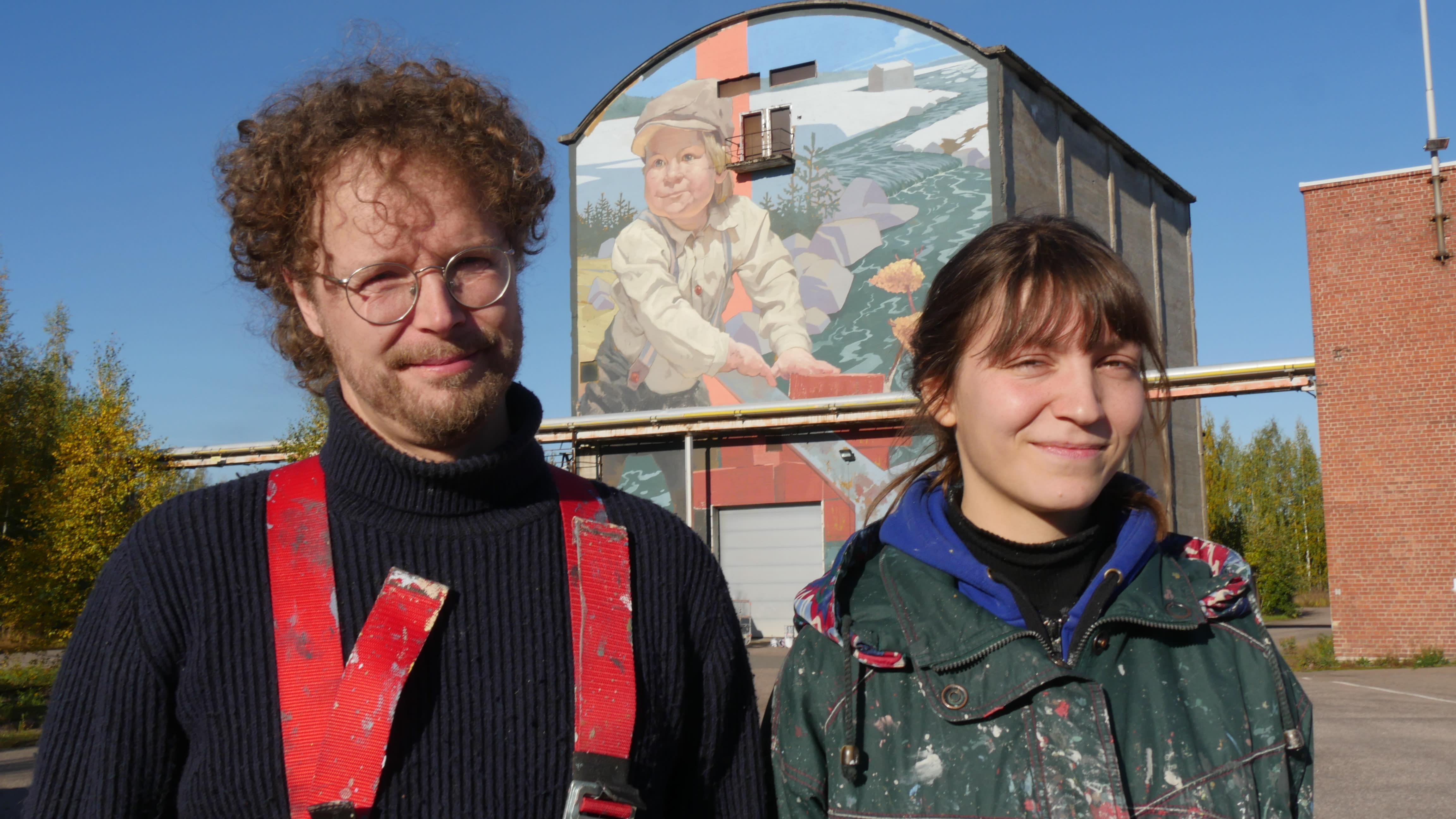 Valtava muraali valmistui Kuusankoskelle - taiteilijat muuttivat työn ajaksi Kymijoen varteen