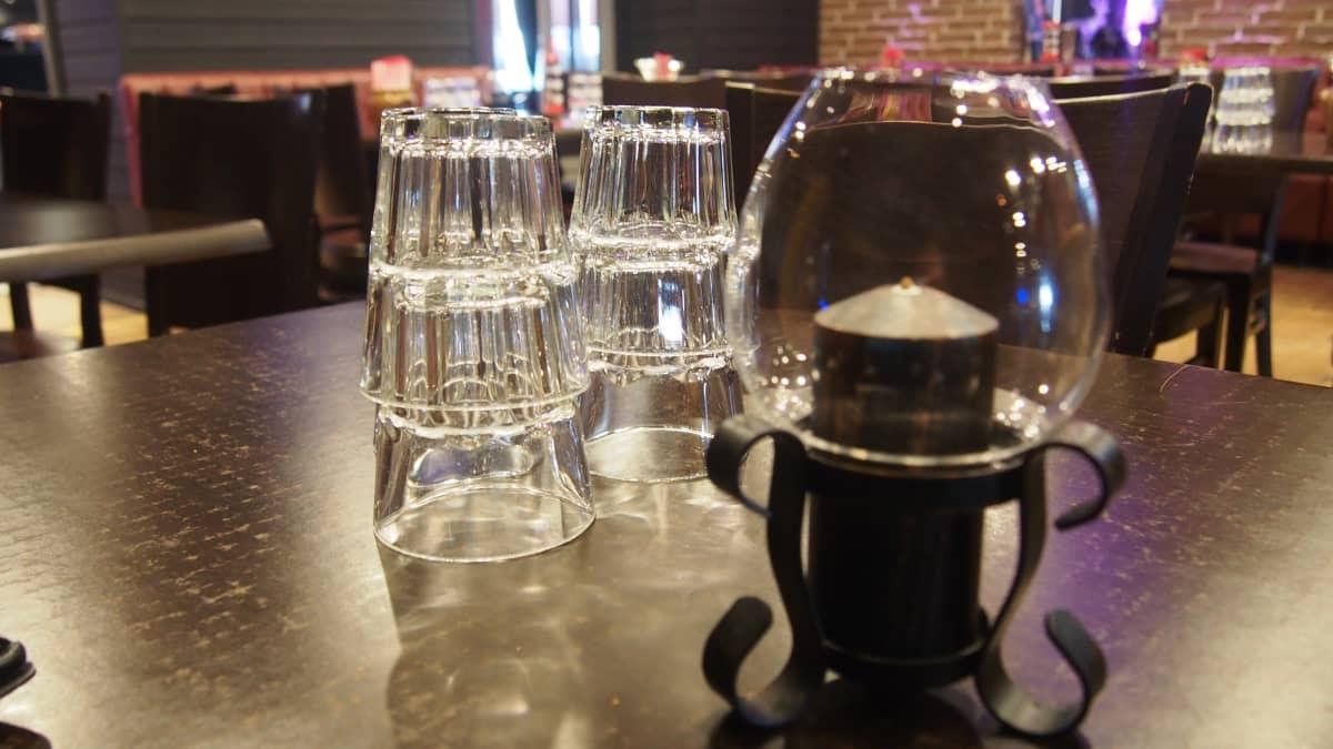 juomalaseja pöydällä