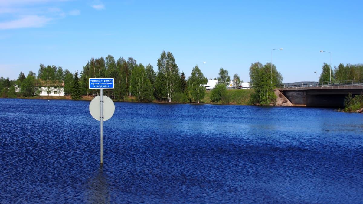 Pellossa tulvavesi nousee