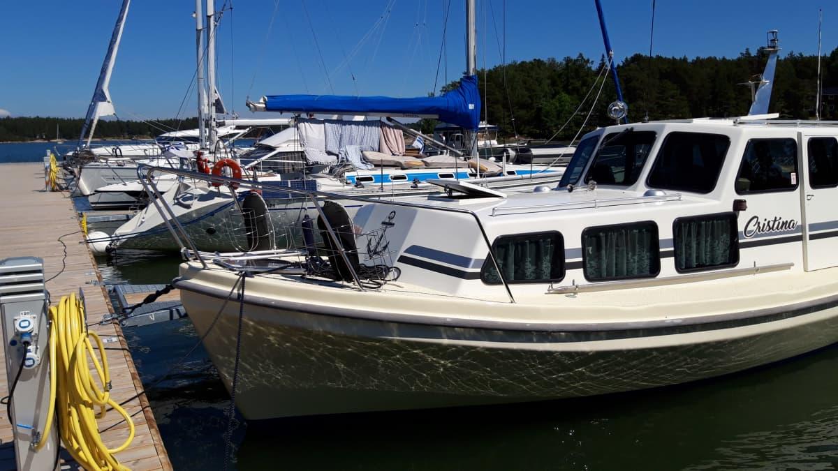 Veneitä Nauvon venesatamassa