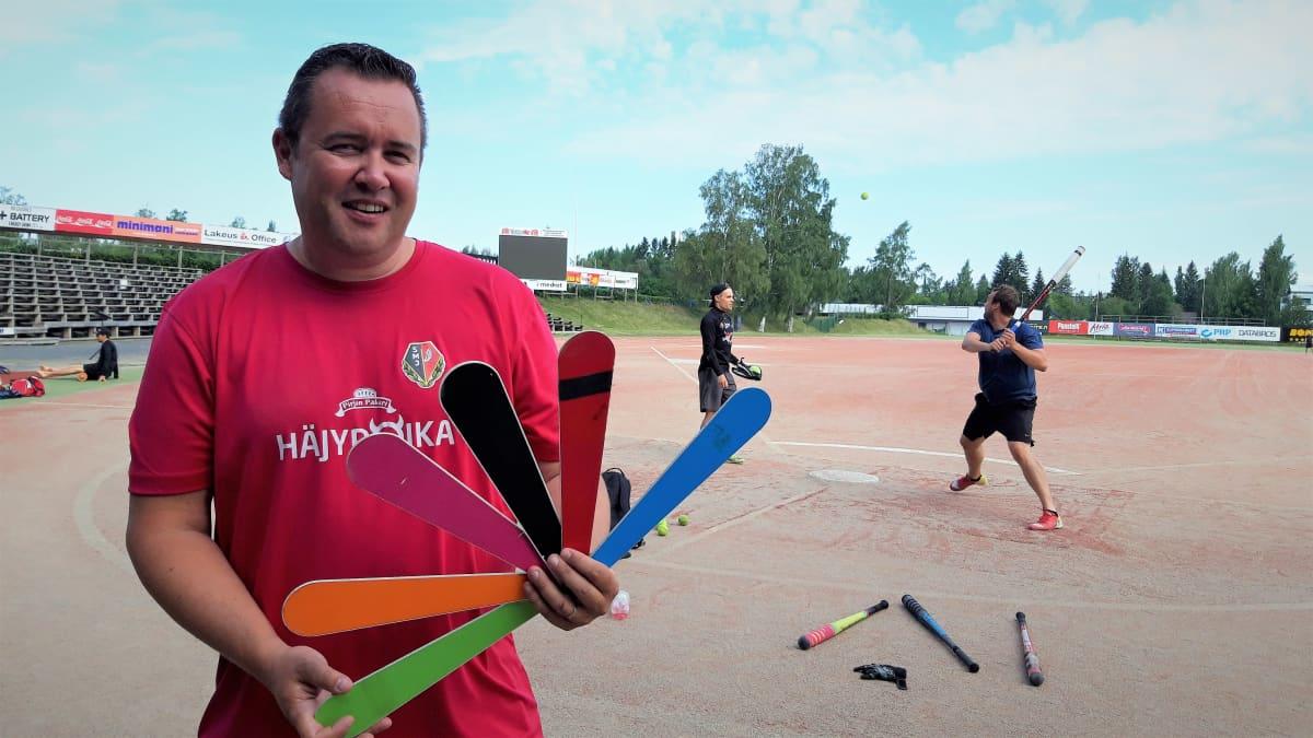 Jussi Järvinen seisoo pesisviuhka kädessään Seinäjoen pesäpallostadionilla