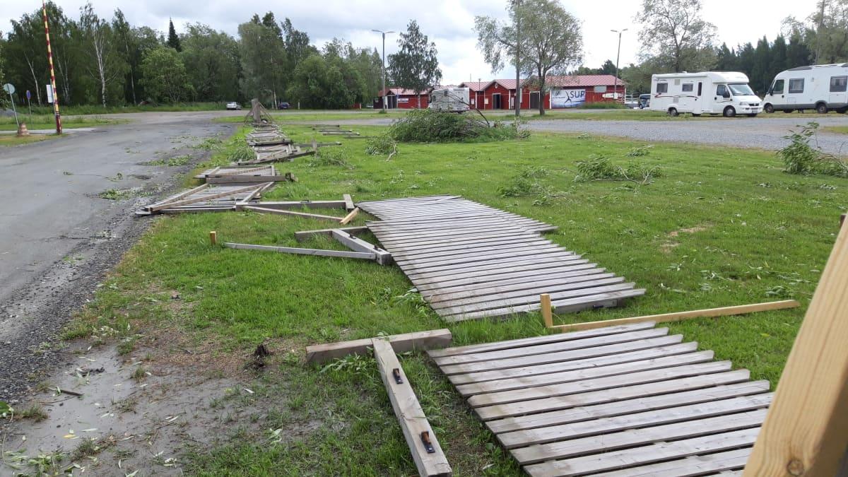 Kuvassa on Päivö-myrskyn kaatamia ja rikkomia aitoja Joensuun Jokiaseman läheisyydessä.