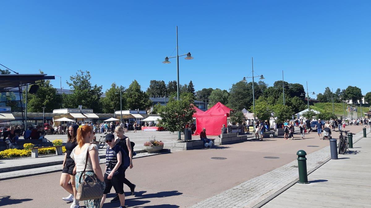 Lappeenrannan satamatorilla on aurinkoinen kesäpäivä
