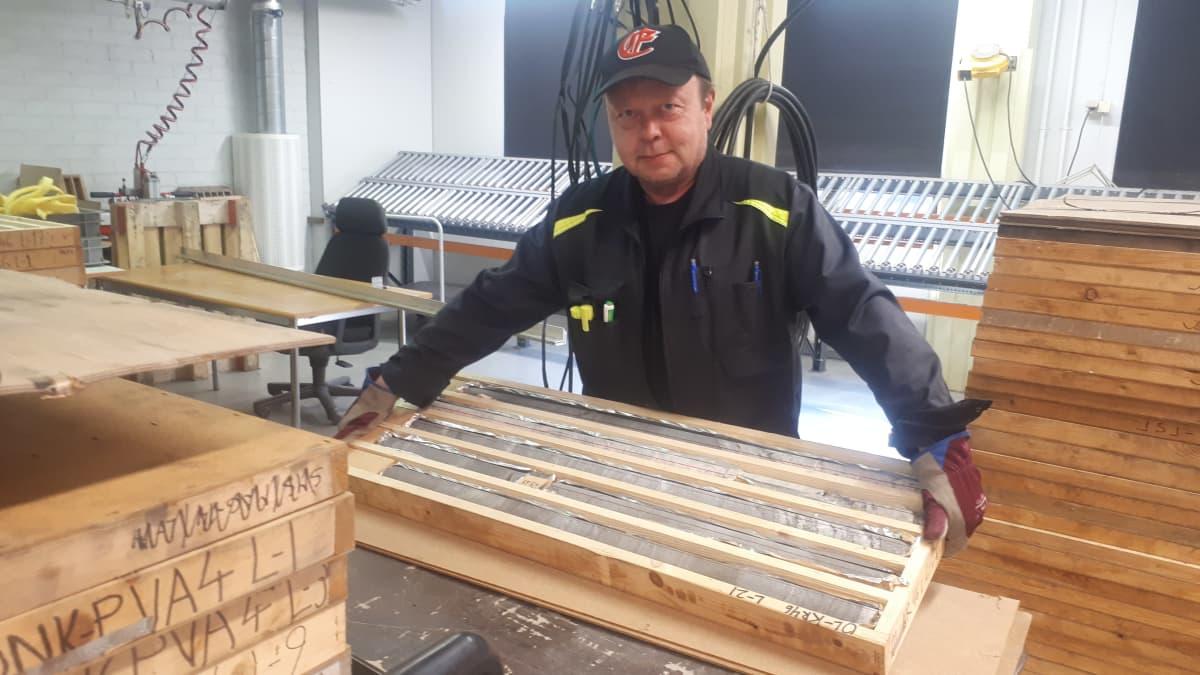 Marko Puonti kantaa kairasydännäytteitä