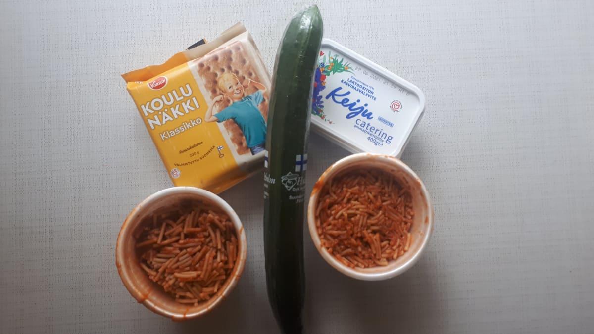 Ruoka-aineksia pöydällä.