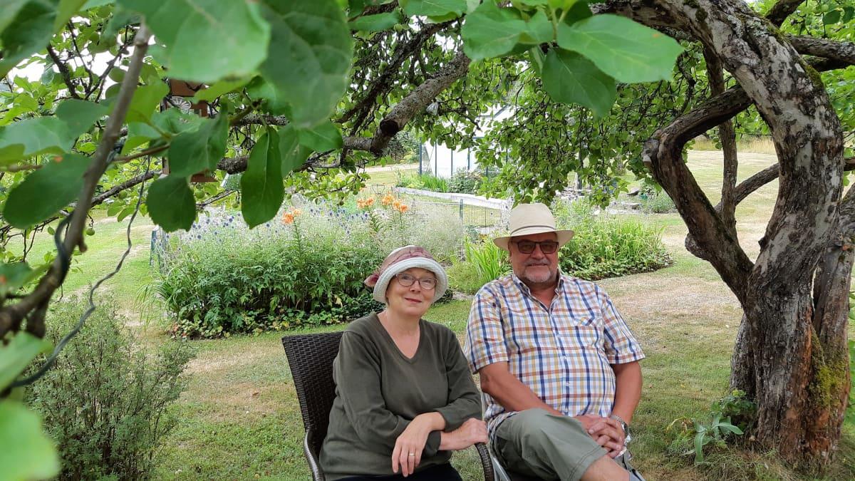 Helena Anttonen ja Markku Pulli puutarhassa.