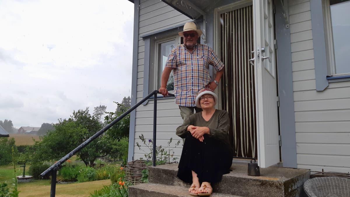 Markku Pulli ja Helena Anttonen kotinsa portailla
