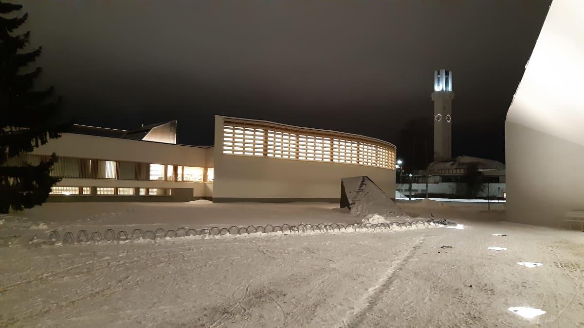 Seinäjoen Lakeuden risti ja Aallon kirjasto iltavalaistuksessa talvella.