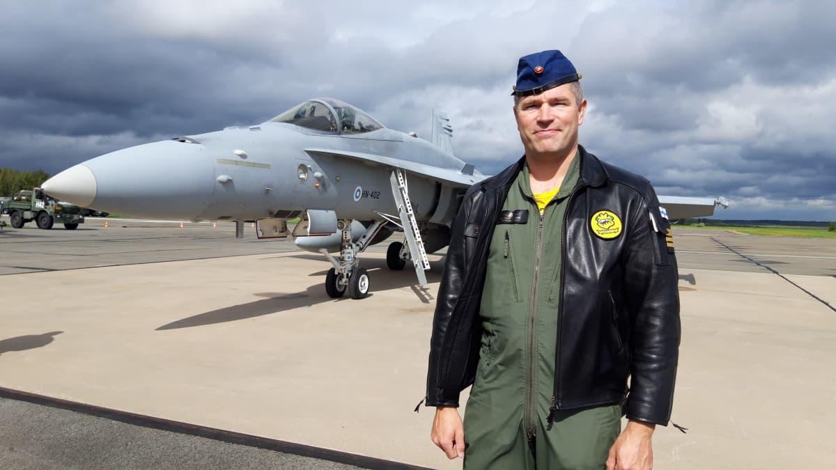 Lapin lennoston Hävittäjälentolaivue 11:n komentaja everstiluutnantti Tomi Iikkanen Kauhavalla Lakeus21 -lentotoimintaharjoituksessa elokuussa 2021