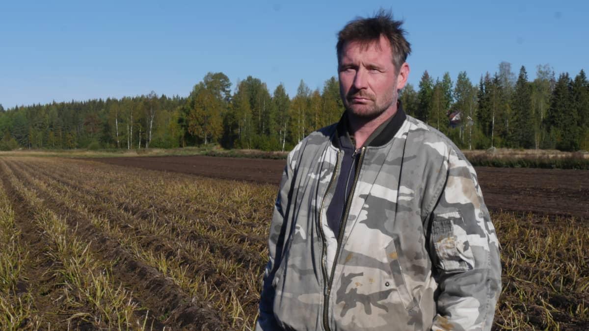 Perunan viljelijä Jari Frantsi perunapellon laidalla tilallaan Valkealassa