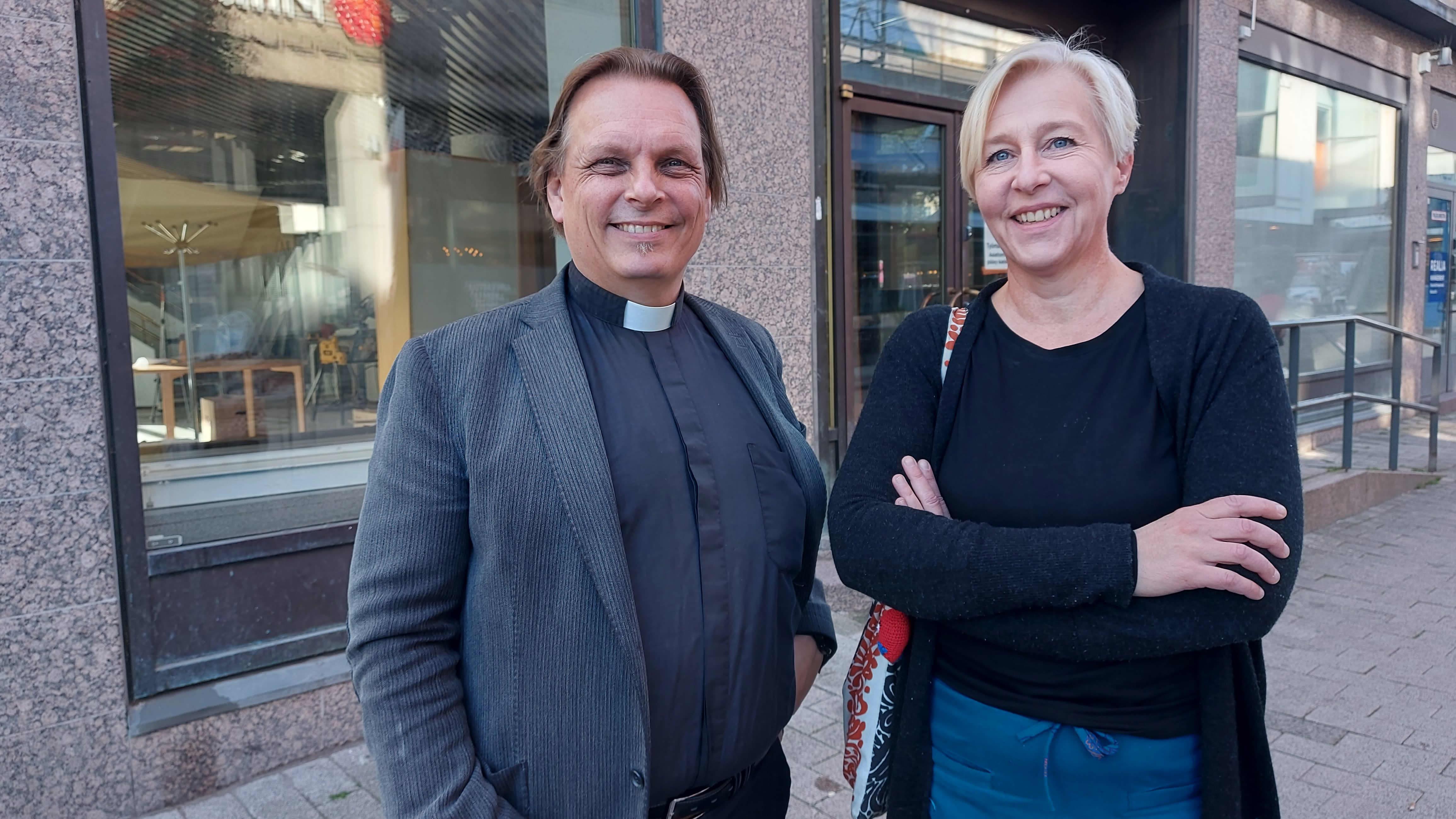 Kirkkoherra Kimmo Reinikainen ja kaupunkikeskustayhdistyksen Sari Hagemeier
