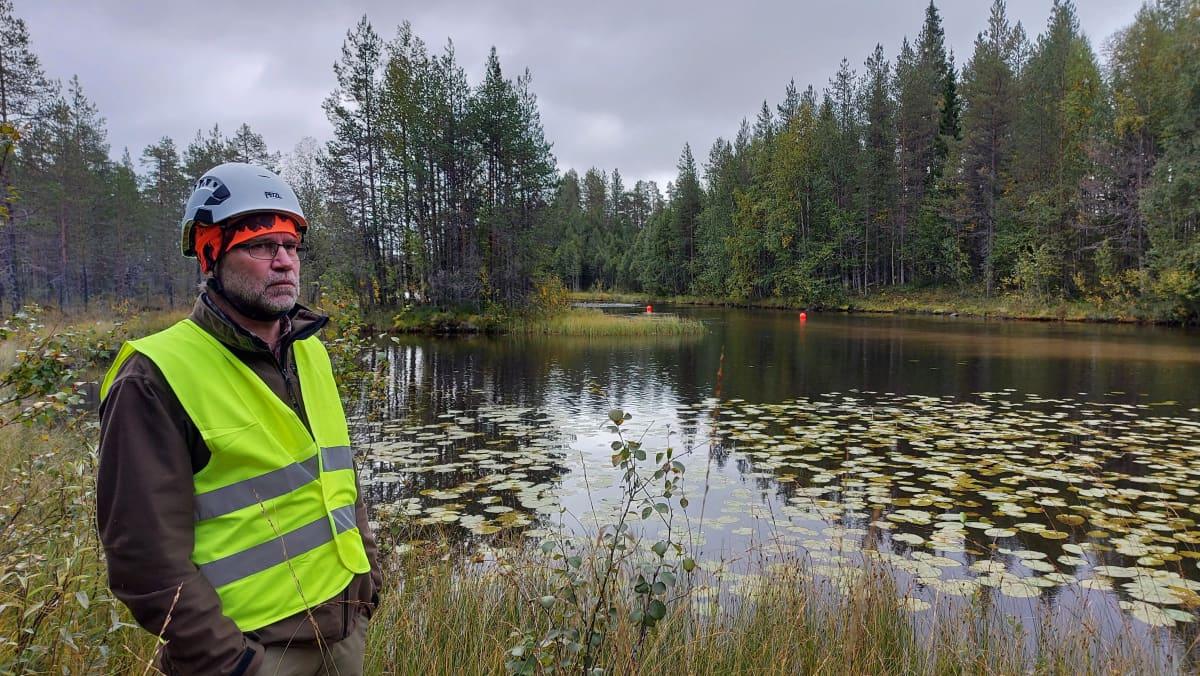 Metsähallituksen eräsuunnittelija Eero Hartikainen Livojoella.