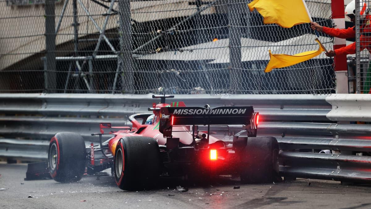 Charles Leclerc ajoi seinään Monacon aika-ajoissa.