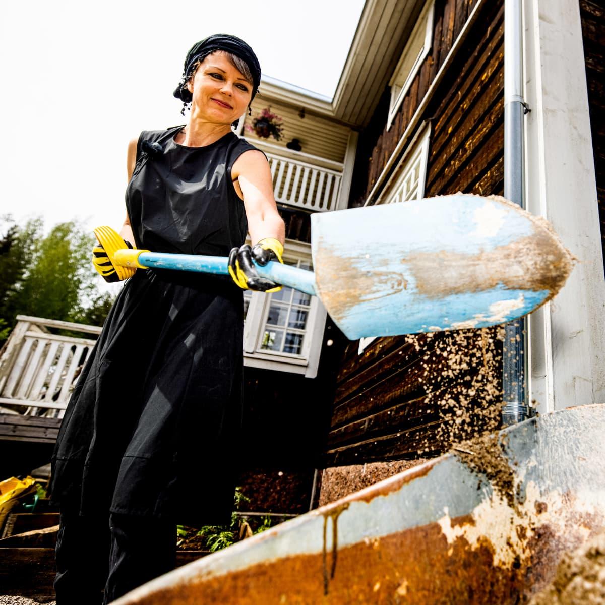 Katariina Souri lapioi hiekkaa kotinsa pihalla.
