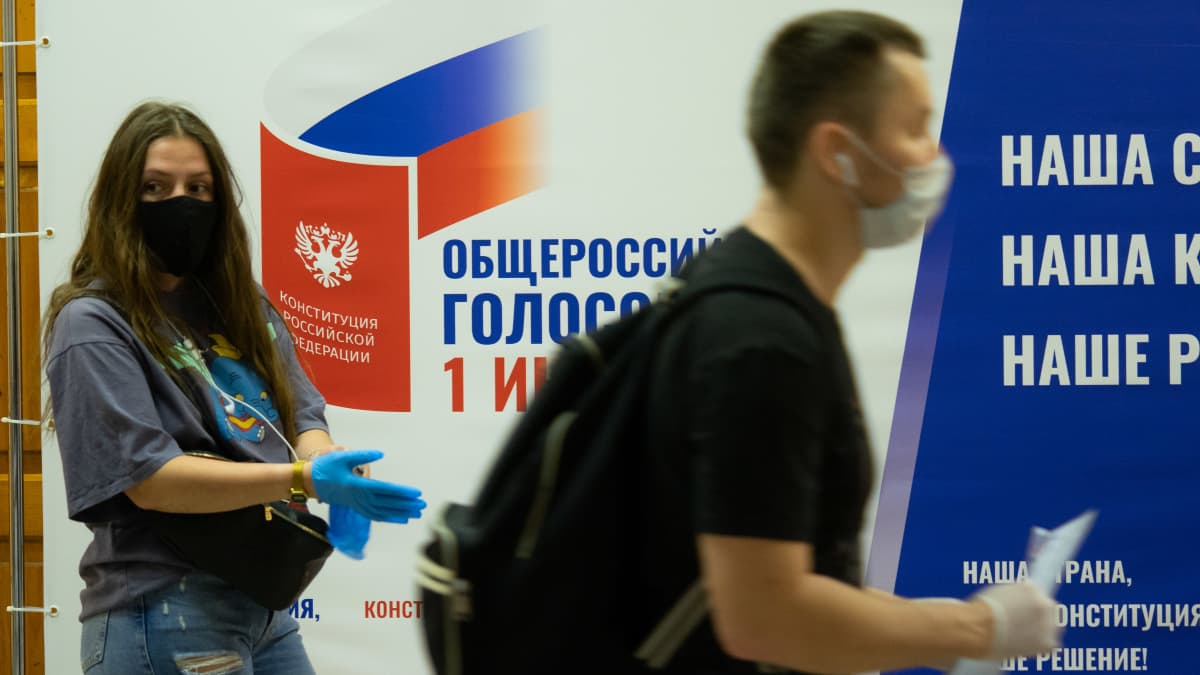 Äänestäjiä moskovalaisella äänestyspaikalla.