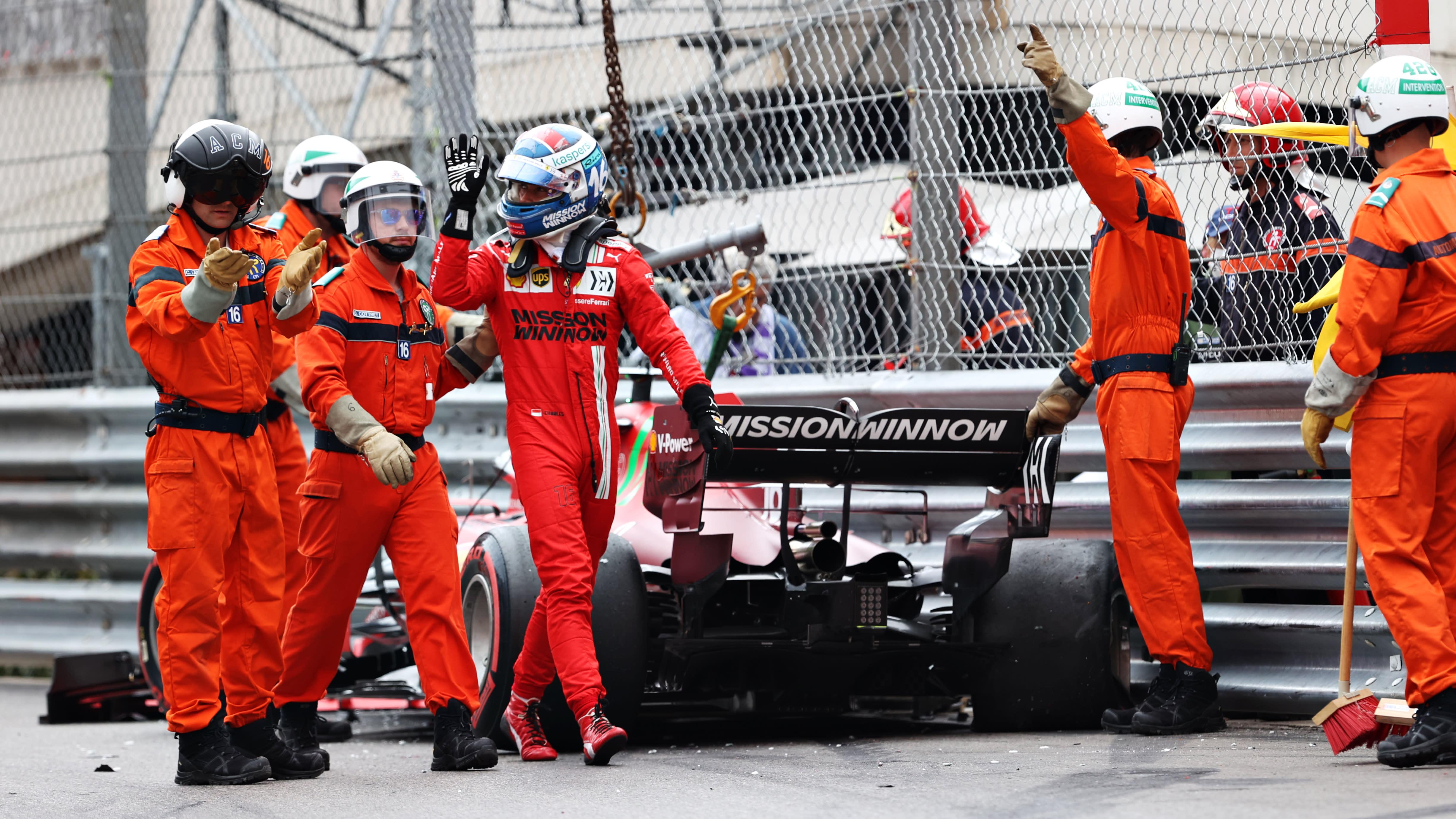 Seinään ajanut Charles Leclerc nousseena autostaan Monacon aika-ajoissa. Leclercin ympärillä parveilee ratavirkailijoita.