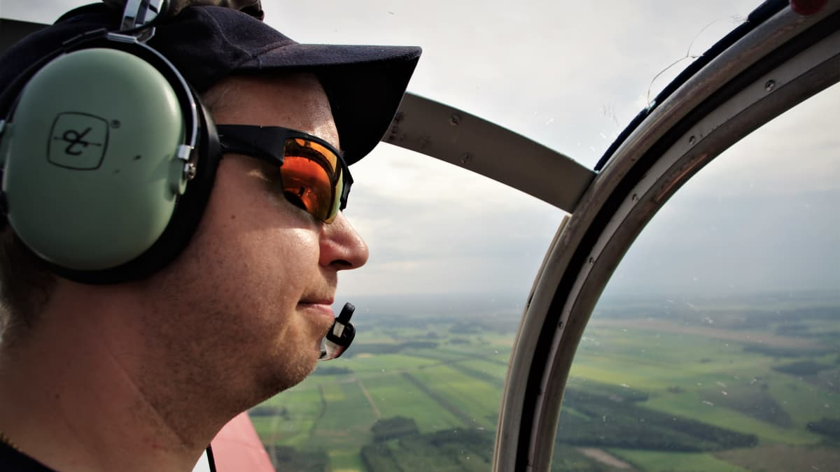 Palolennolla, lentäjä koneen ohjaamossa
