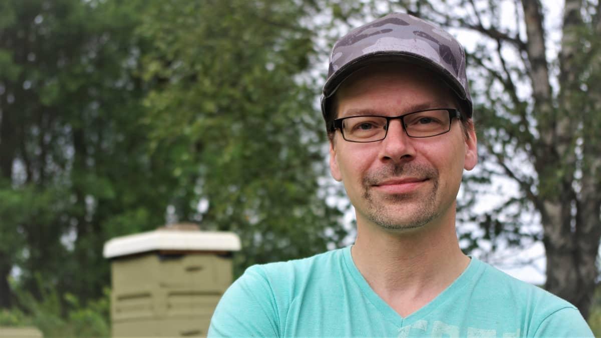 Etelä-Pohjanmaan mehiläishoitajien puheenjohtaja Timo Rahkola