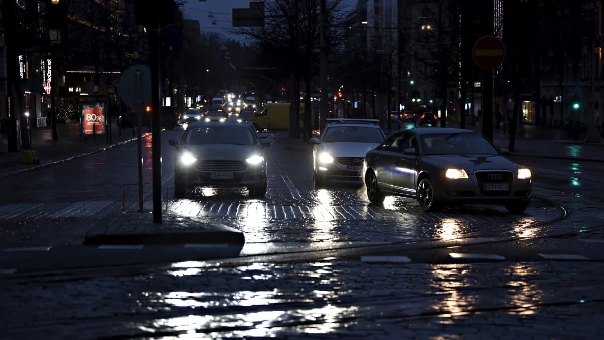 Aamuliikennettä sateisessa ja tuulisessa Helsingissä 10. helmikuuta 2020.