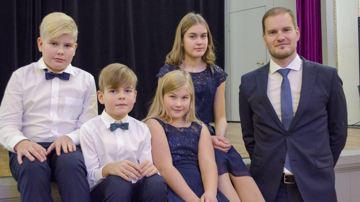 Vuoden Isä Hermanni Hyytiälä perheineen.
