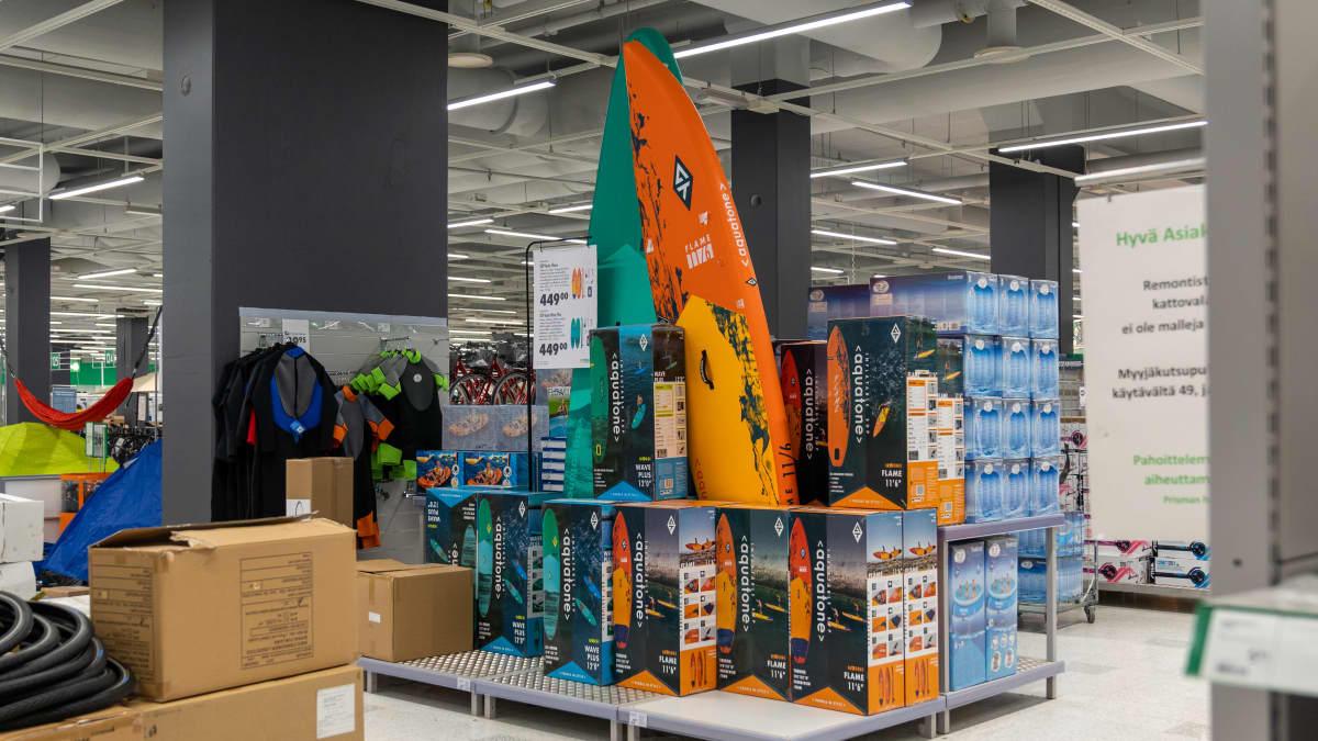 SUP-lautoja myynnissä Kaaren Prismassa Helsingissä