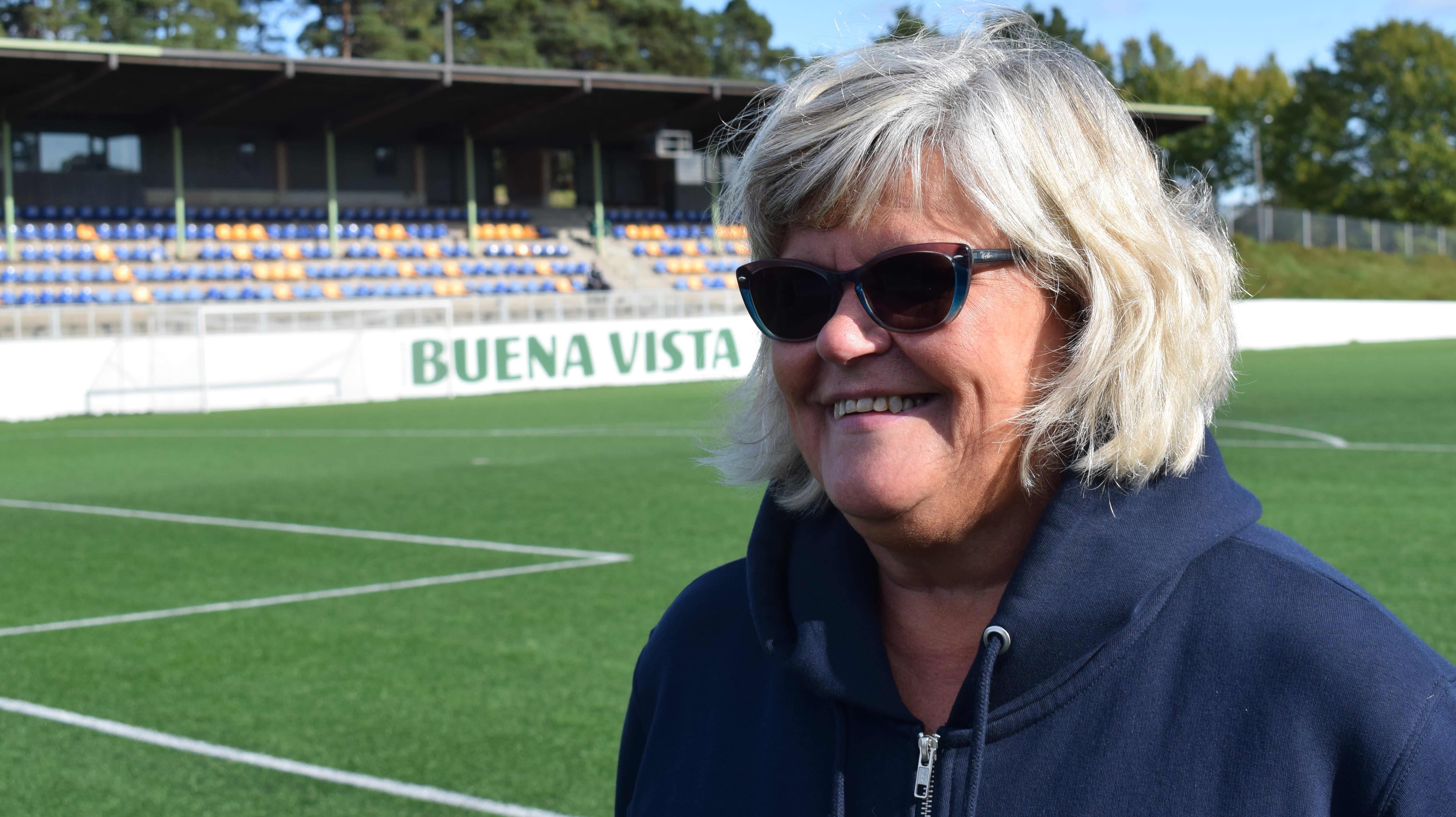 Kaija Savunen Äijänsuon jalkapallostadionilla.