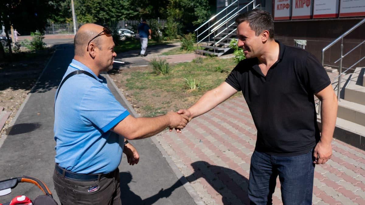 Nikolai Bondarenko kättelee miestä.