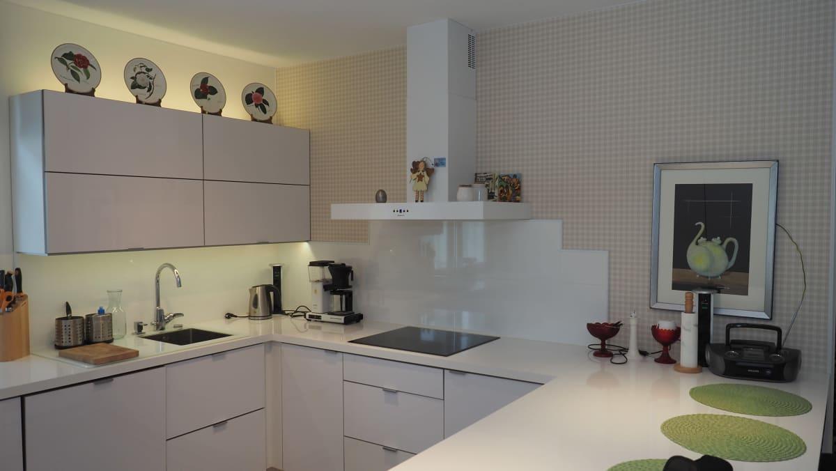 kerrostalo asunnon valkoinen keittiö
