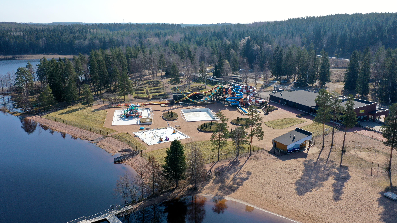 Vesipuisto Tykkimäki Aquapark Käyrälammen rannassa ilmasta nähtynä