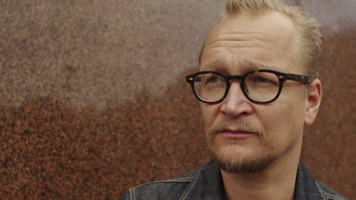 Janne Reinikainen Aleksis Kiven patsaan edessä