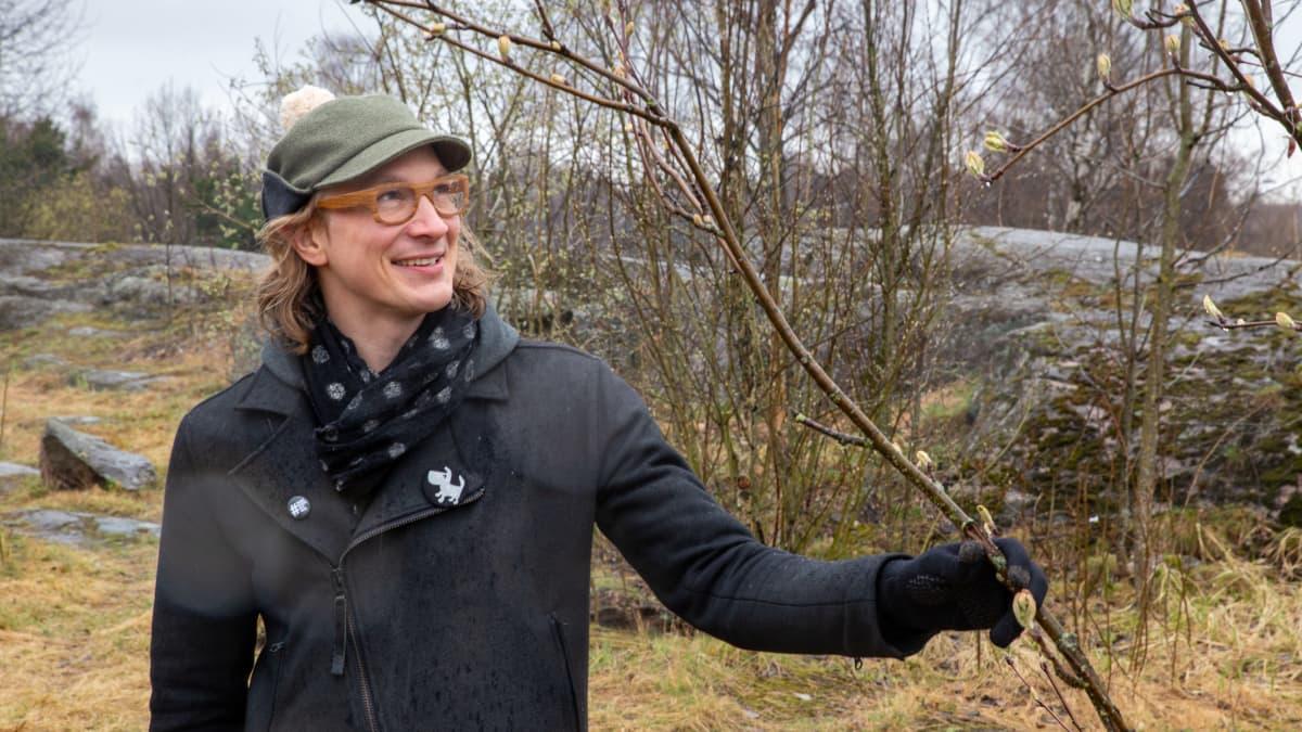 NCC:n Kehityshippi Eelis Rytkönen katselee keväistä puuta Saimaanpuistikossa.