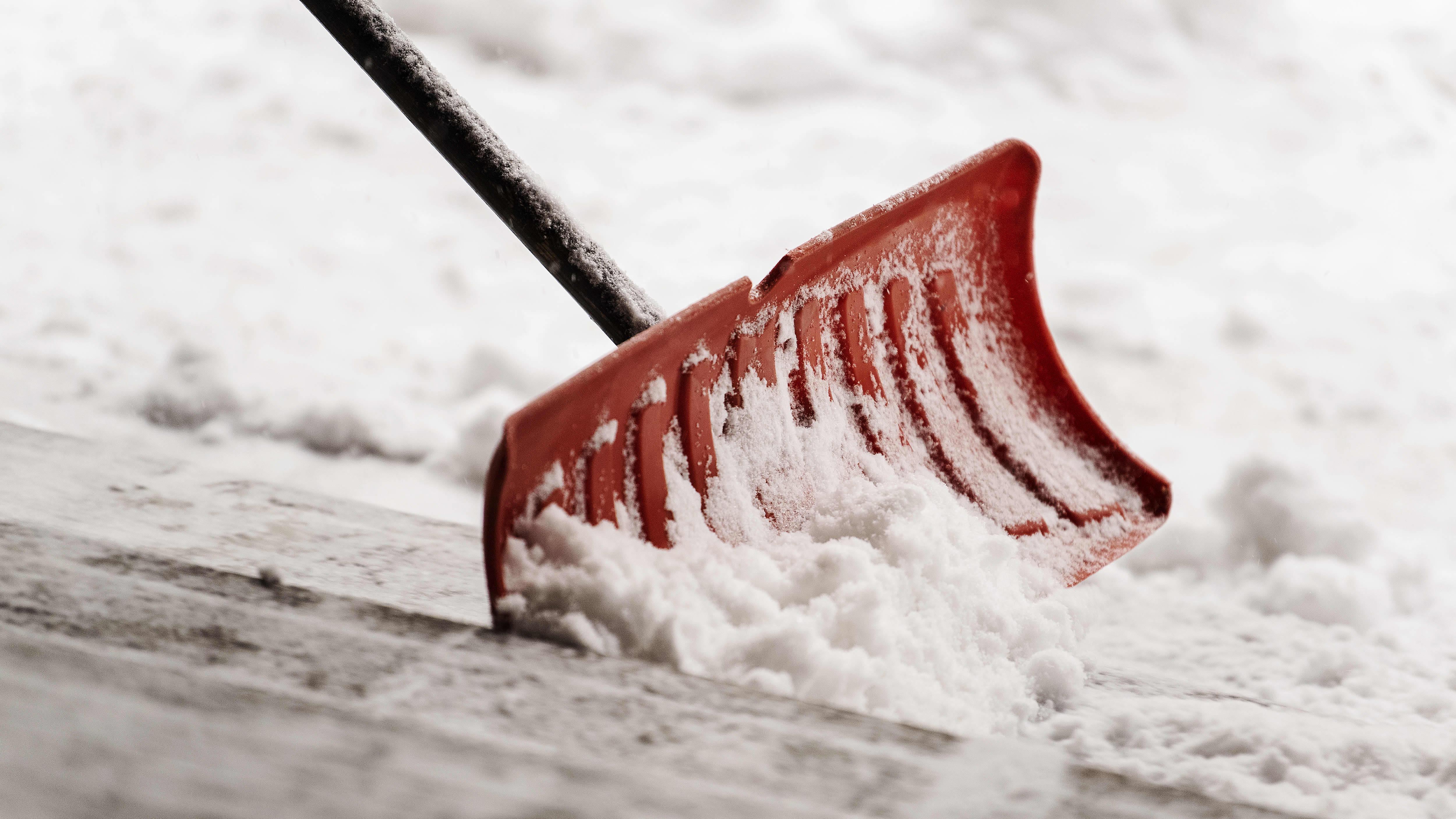 Lunta luodaan punaisella lapiolla.