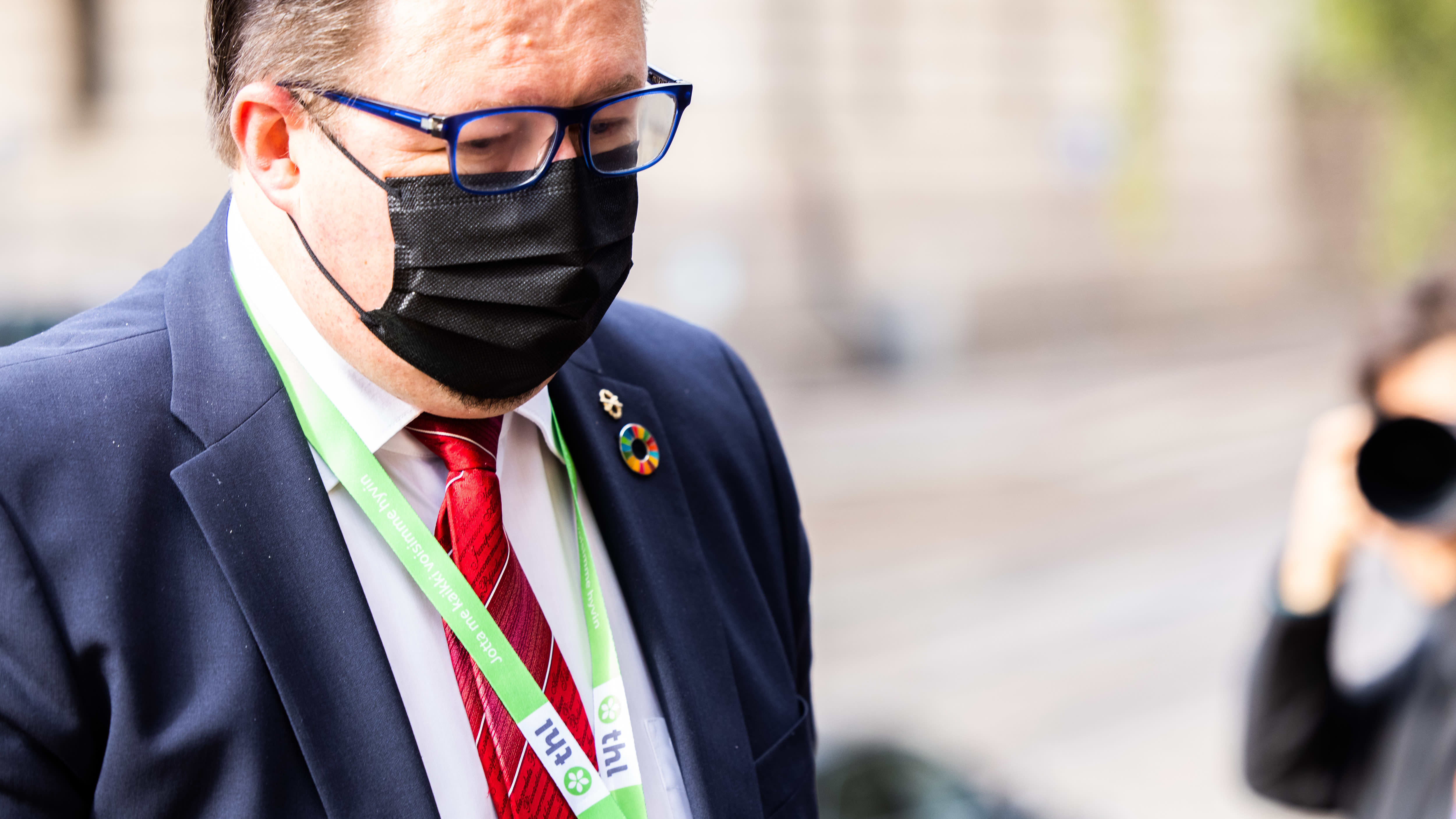 Mika Salminen saapuu Säätytalolle.