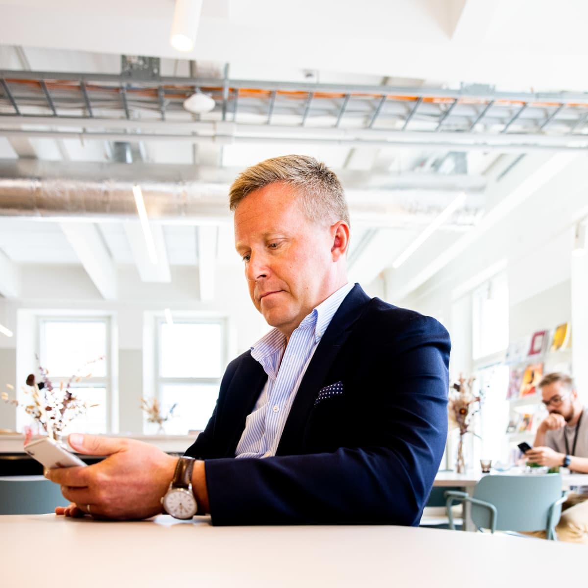 Jussi Kekkonen tutkii puhelintaan.