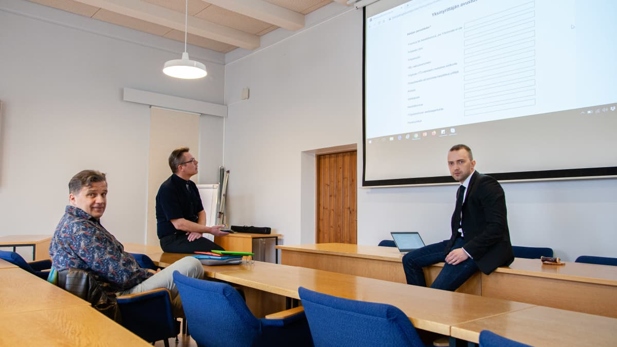 Asko Ali-Marttila, Matti Backman ja Tuomo Sallinen Ruokolahden kunnantalolla