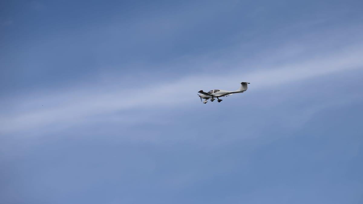 Metsäpalojen valvontalento, kone ilmassa, Marko Virolainen ohjaa konetta.