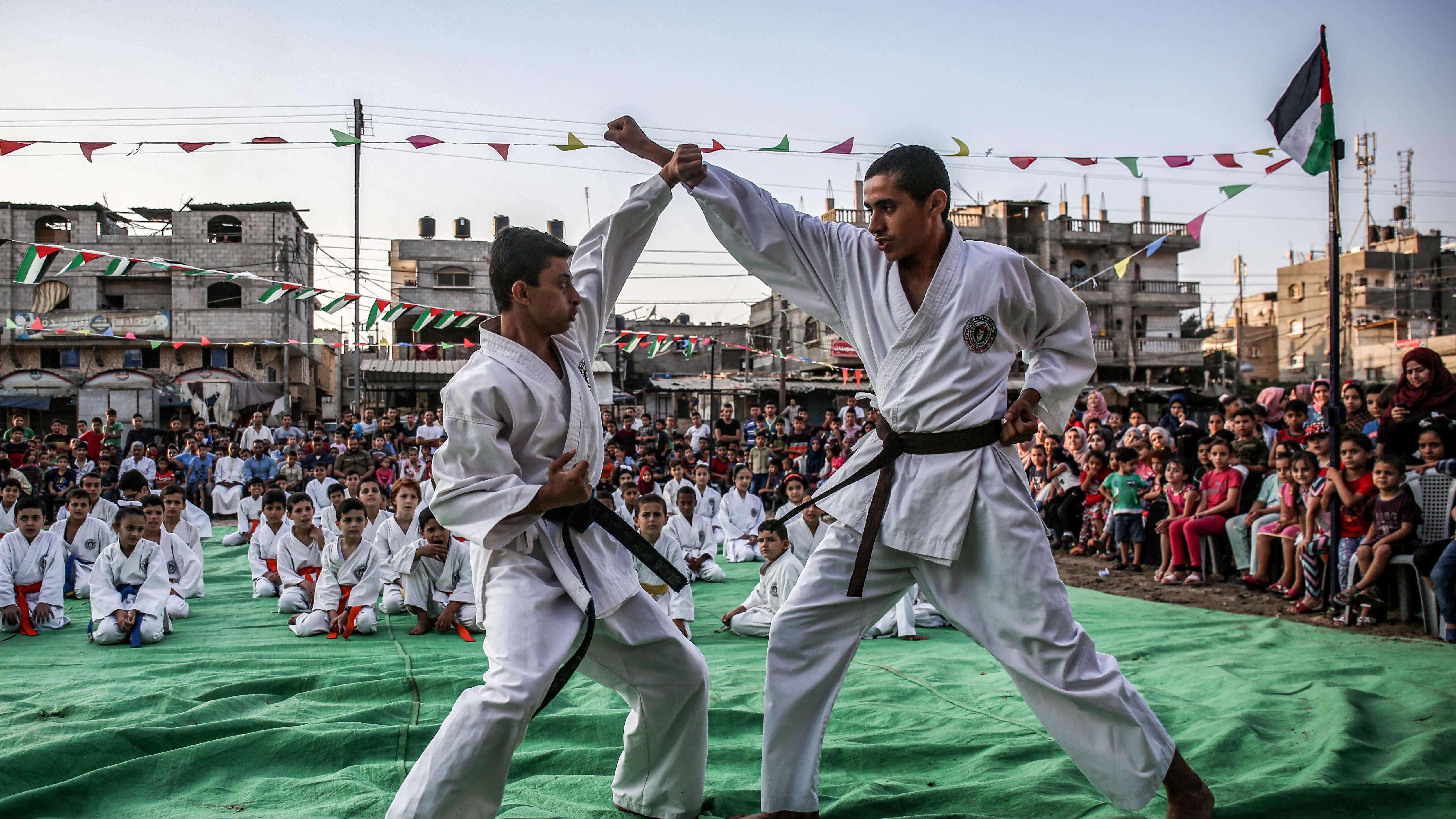 Palestiinalaiset nuoret harjoittamassa karatea.
