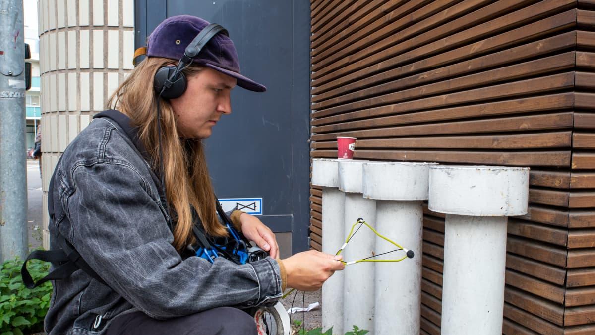 Viktor Toikkanen äänittää ilmastointilaitteen huminaa.