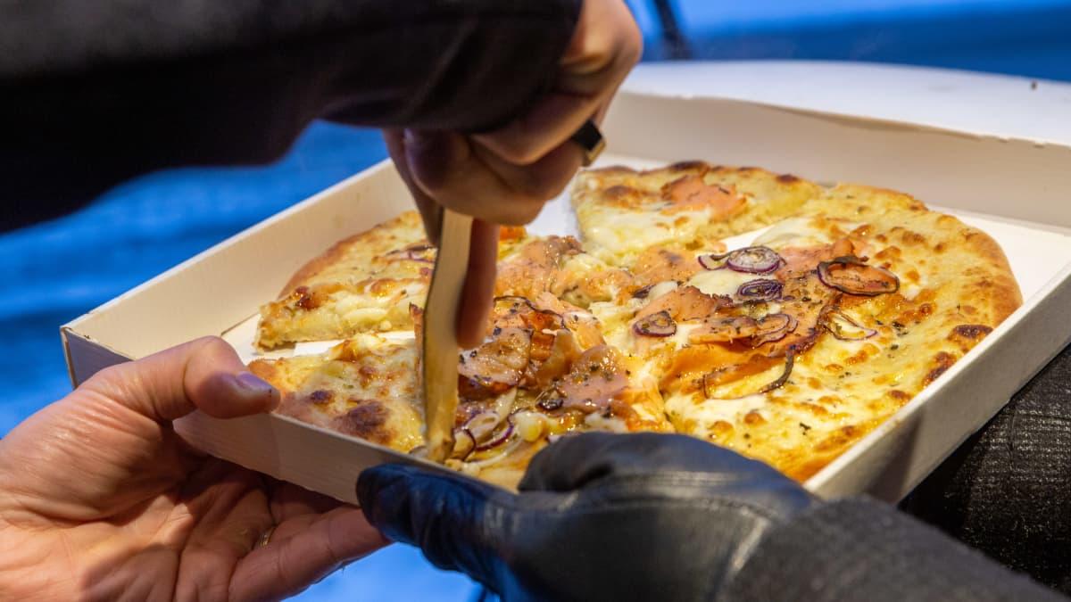 Fizzan pizzojen mukana tulee veitsi, jolla valmiin pizzan voi paloitella.
