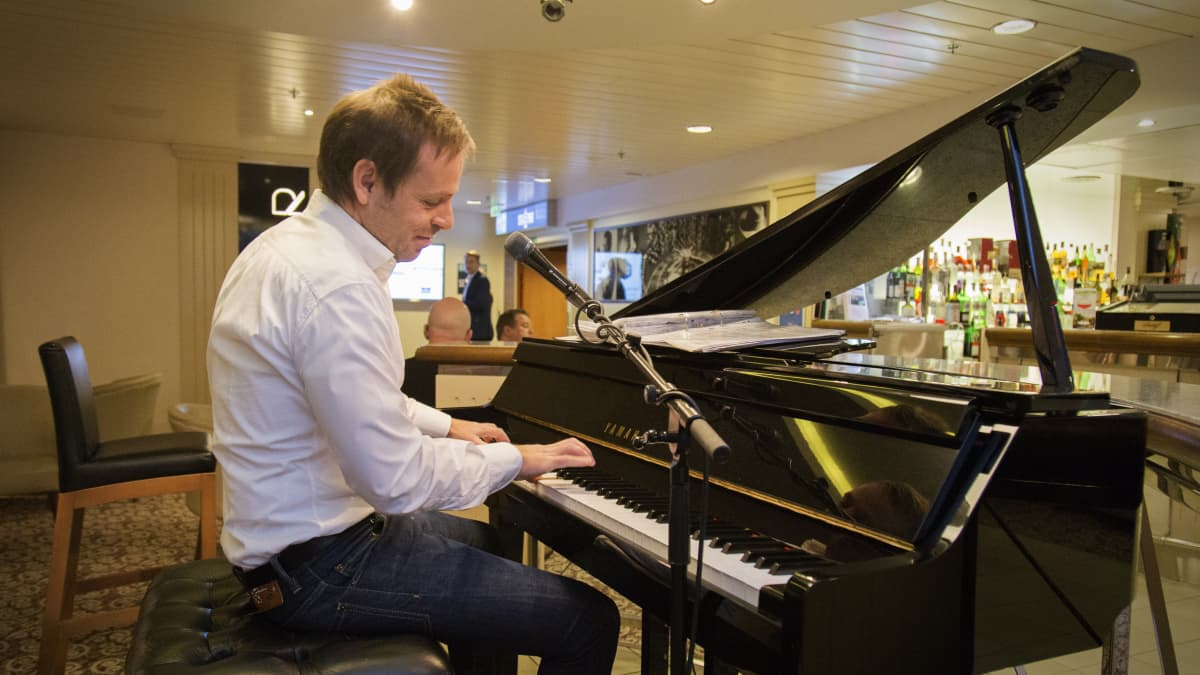 pianisti soittaa Baltic Princessillä