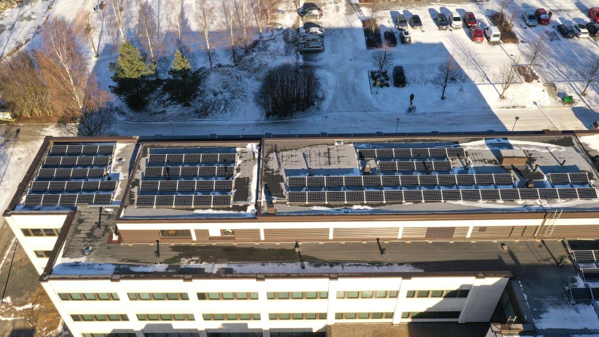 Kuvassa aurinkopaneeleita Kokkolan kaupungintalon katolla