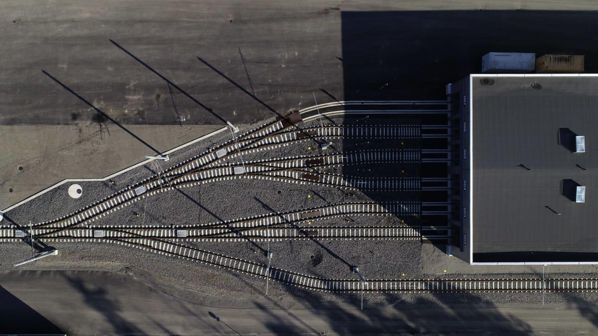 Dronekuva Tampereen raitiotien varikkoalueesta