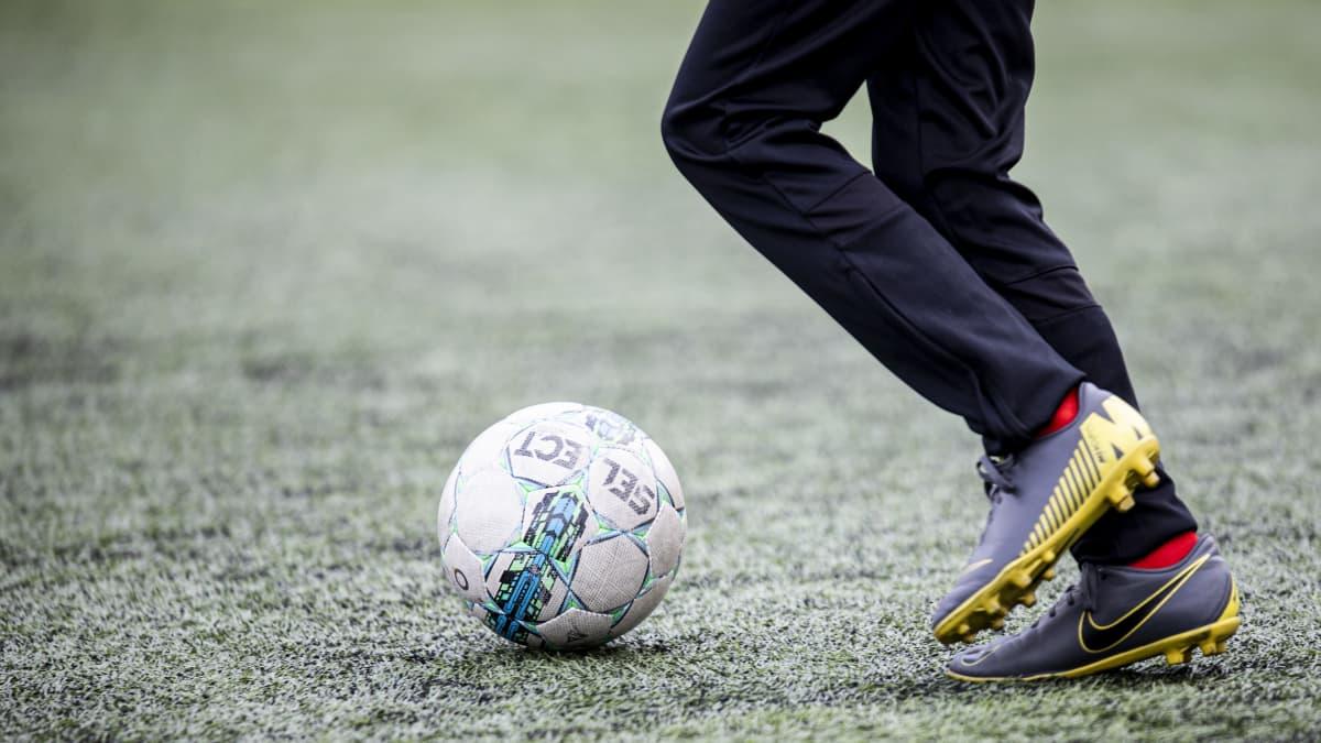 Jalkapallojuniori pelaamassa jalkapalloa.