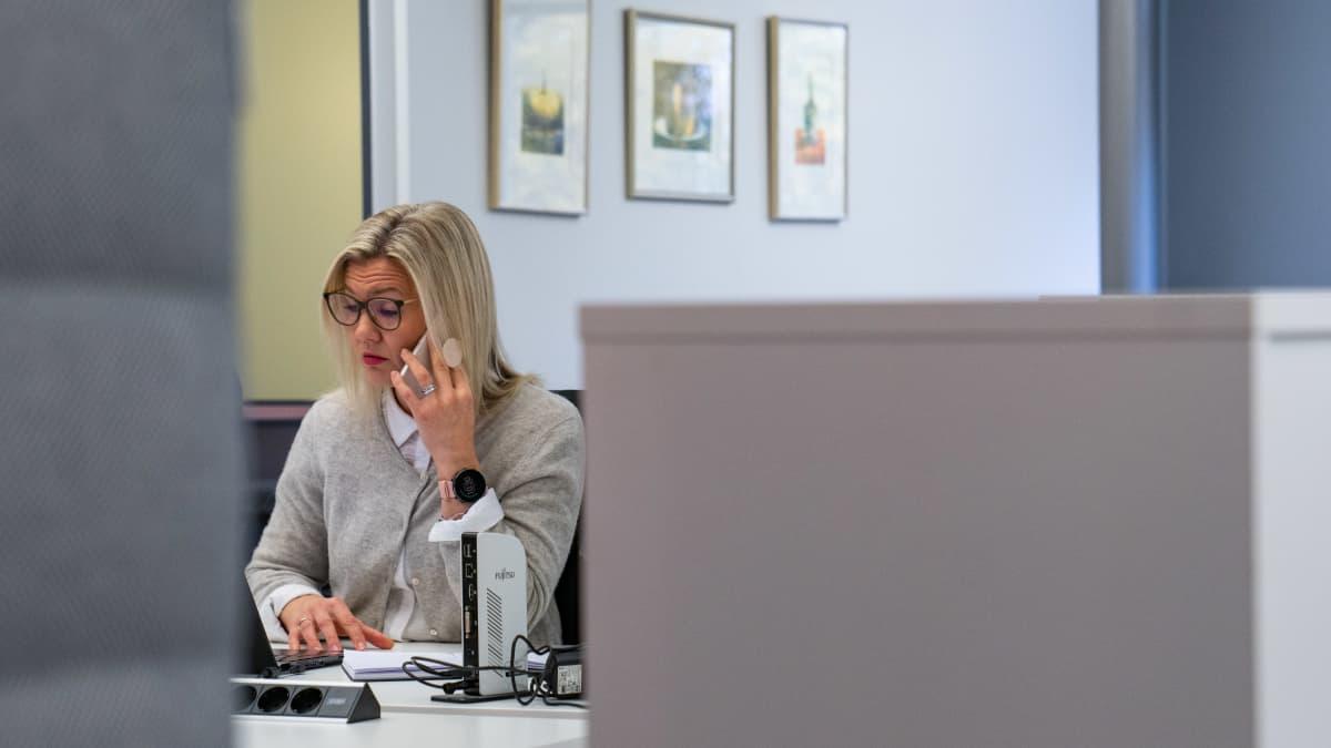 henkilökuva - Ilmarisen asiakaspäällikkö Johanna Kivimäki toimistossa työpisteellään