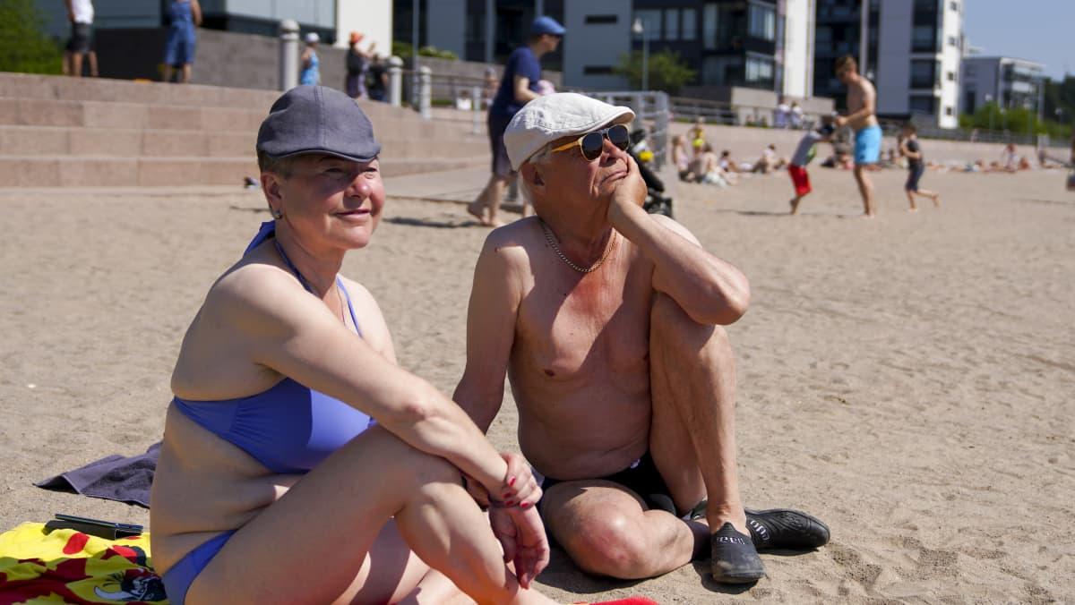 Arja Kela juo helteellä mieluiten kivennäisvettä. Jyrki Nousiaiselle maistuu jäätee.