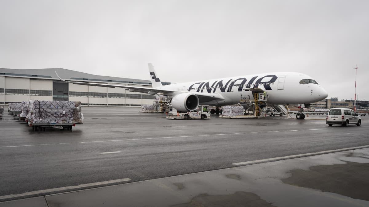 Finnairin one toi Kiinasta tilattuja suojavarusteita Helsinki-Vantaan lentoasemalle.