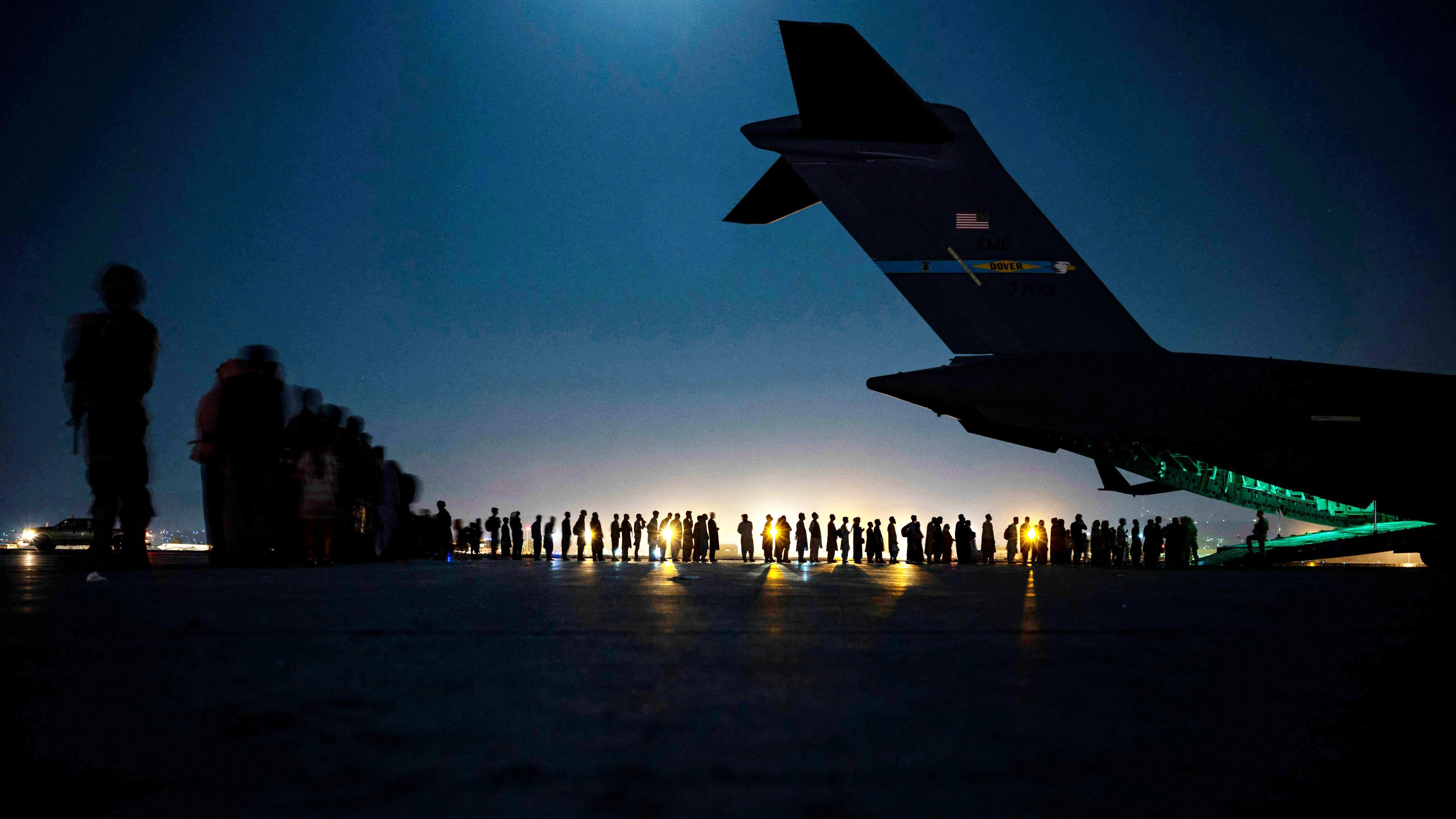 Ihmiset jonottavat Yhdysvaltain ilmavoimien evakuointilennolle Kabulin kansänvälisellä lentokentällä 21. elokuuta.