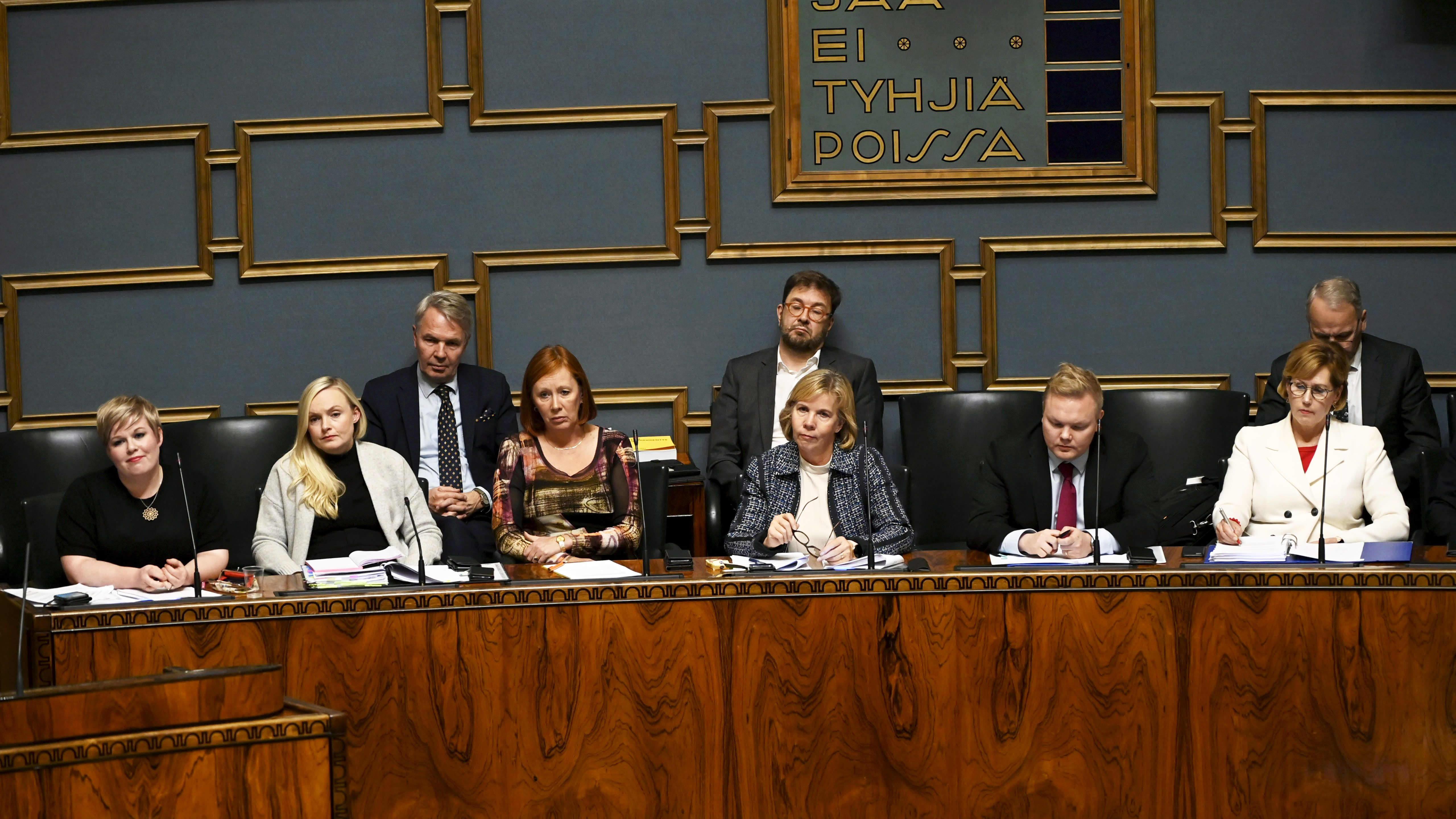 Ministereitä eduskunnan kyselytunnilla.