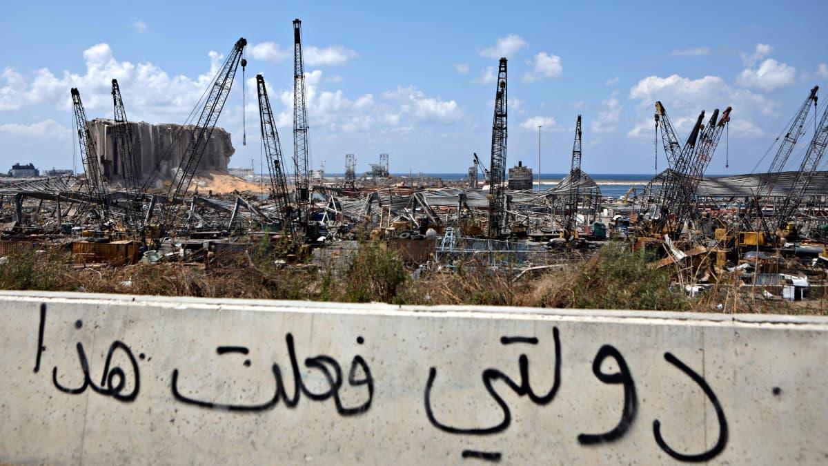 """Kuva Libanonin pääkaupunki Beirutista 9. elokuuta 2020. Betoniin on spreijattu mustalla arabiankielinen kirjoitus """"Minun maani teki tämän""""."""